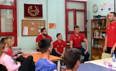 Jugadores del Balonmano Nava trasladan sus valores a los alumnos del instituto Marqués de Lozoya