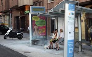 Arde el panel informativo de una marquesina de autobús en la avenida Juan Carlos I