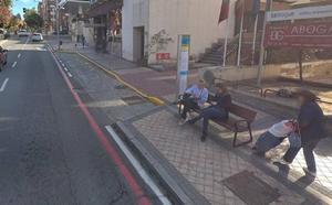 Nuevo incidente con un poste de los autobuses urbanos, esta vez por la embestida de un camión