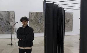 José Díaz confronta su pintura con la escultura de Ángeles Marco en el Patio Herreriano
