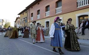 Peñafiel recrea su historia con un desfile que llega a su sexta edición