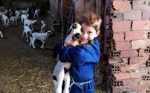 Niños que crecen en la España vaciada o cuando prefieres ver nacer un cordero que jugar a la 'PlayStation'