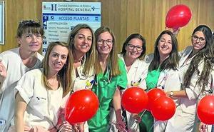 Globos y besos para los niños hospitalizados