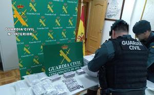 La Guardia Civil incauta 40 kilos de droga y detiene a dos personas en un operativo en la AP-6