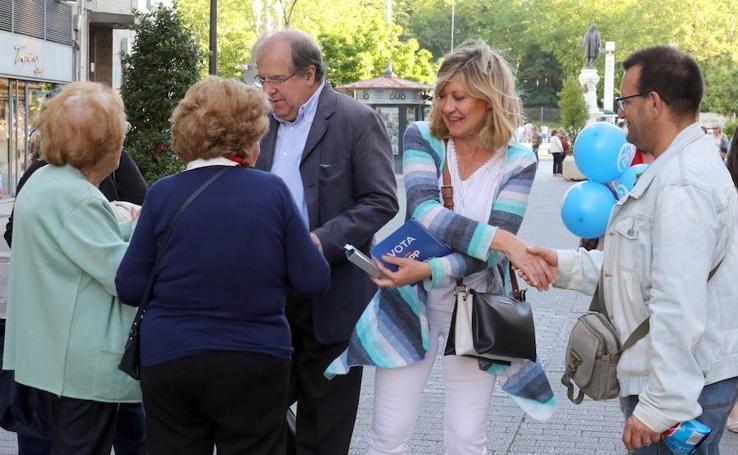 Pilar del Olmo y Juan Vicente Herrera hacen campaña por el centro de Valladolid