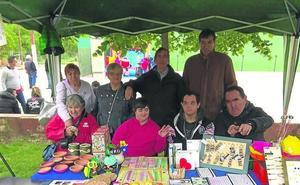 Fundación Personas acerca su artesanía a la jornada 'Goles por la integración'