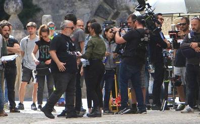 Álex de la Iglesia rueda en el pueblecito segoviano de Pedraza para HBO su serie de terror '30 monedas'