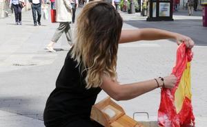 Polémica en torno a una performance del TAC en la que se lavaba una bandera de España