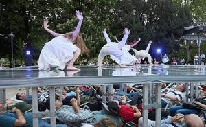 Espectadores del TAC contemplan una danza tumbados en hamacas bajo el escenario