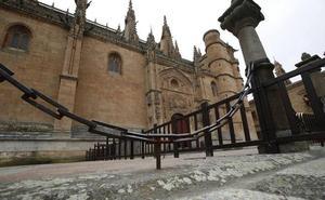 El atrio de la Catedral va a cumplir dos meses vallado y el Cabildo busca fondos para su arreglo