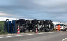 Herido al volcar un camión en la VA-223, a la altura de la localidad vallisoletana de Campaspero
