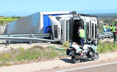 El corte de la autovía por el vuelco de un camión satura el tráfico en las calles de Cuéllar varias horas