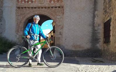 Un profesor recorre a diario 26 kilómetros en bici para protestar por el impago de la itinerancia