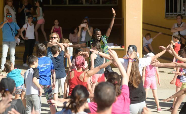 El colegio Miguel Delibes reivindica un polideportivo a ritmo de reguetón y samba