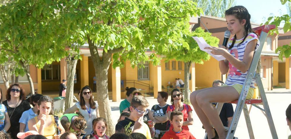 El colegio Miguel Delibes de Valladolid reivindica un polideportivo a ritmo de reguetón y samba
