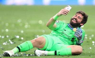 Alisson redondea a un Liverpool campeón