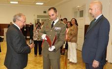 El exsenador Álvarez Villazán recibe el premio 'Conde Ansúrez Caballero leal' por «su compromiso con las Fuerzas Armadas»