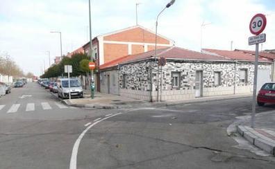 Buscan a un conductor que huyó de un control, embistió a dos patrullas y quemó luego el turismo en Valladolid
