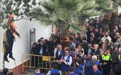 El fiscal investigará la quema de un pelele en Sevilla que representaba Puigdemont