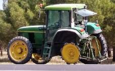 Un tractor pierde una de sus ruedas cuando circulaba por Pedrajas de San Esteban