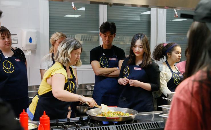 Los estudiantes extranjeros aprenden cocina española en Salamanca