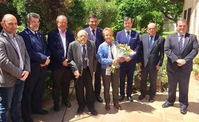 José Jiménez Lozano recibe en su domicilio de Alcazarén la Medalla de Oro de la Provincia de Ávila de manos del presidente de la Diputación Carlos García