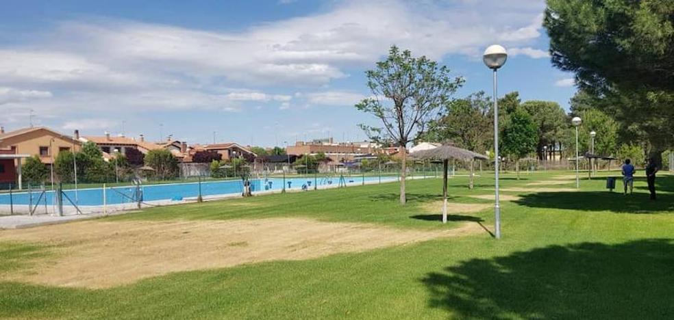 Un acto vandálico arrasa parte del césped de las piscinas de Pedrajas