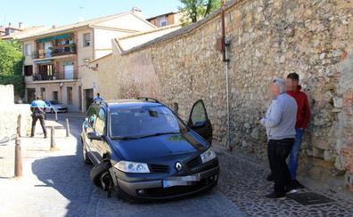 Un coche pierde una rueda al llevarse por delante uno de los bolardos de la Ronda de Juan II