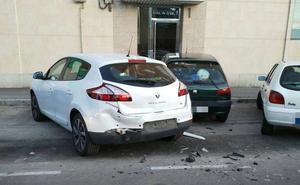 Así han aparecido dos vehículos bien aparcados en la avenida de Irún de Valladolid