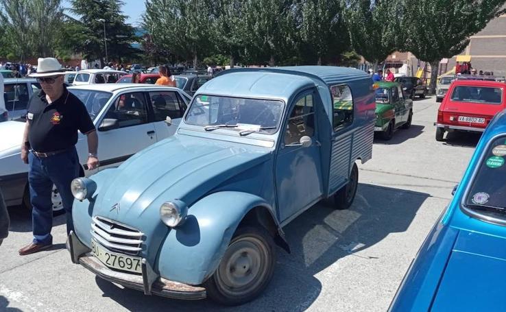 Concentración de vehículos clásicos en Venta de Baños