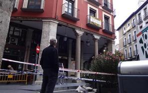 Urbanismo ordenará a los vecinos que aseguren la fachada de Platerías de la que cayeron cascotes