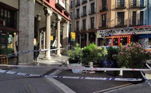 La fachada de la que cayeron cascotes en Platerías se rehabilitó hace diez años por el Ayuntamiento
