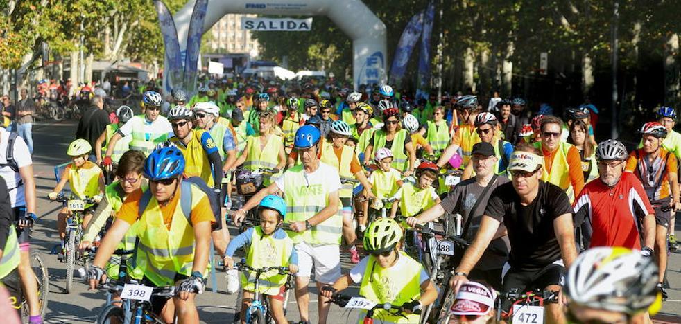 El centro de Valladolid se llena de miles de ciclistas aficionados