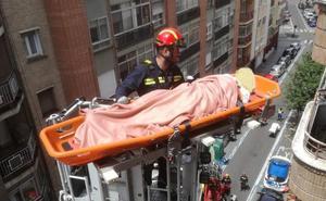 Los bomberos evacúan a una anciana por la ventana de un sexto piso de Valladolid