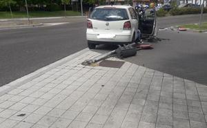 Un vehículo choca contra un semáforo en la Avenida de Salamanca de Valladolid