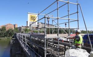 Los andamios vuelven al Puente Mayor de Valladolid para asegurar las barandillas