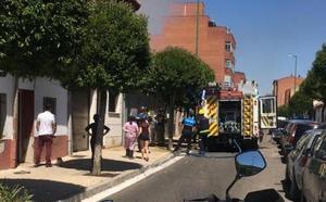 Los bomberos de Valladolid sofocan un incendio en la calle Mirlo