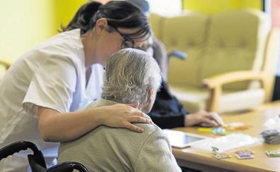 El personal que cuida a ancianos cada vez se vacuna menos contra la gripe en la región