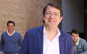 Mañueco asegura que se negocia en los ayuntamientos sin concretar quiénes serán los alcaldes
