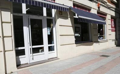 Rompe con una tapa de alcantarilla el escaparate de un comercio en Palencia y roba ropa