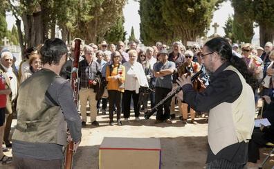 Homenaje a los represaliados de la Guerra Civil ante un memorial sin inaugurar