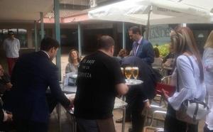 El nuevo alcalde de Palencia, Mario Simón, sale del Ayuntamiento protegido por la Policía