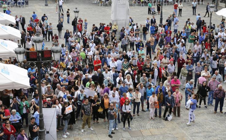 Protesta en Palencia ante el acuerdo de PP, Cs y Vox que otorga la Alcaldía a Mario Simón