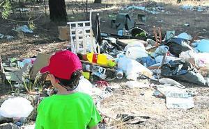 Voluntarios recogen cientos de kilos de basura en uno de los pinares de Cuéllar
