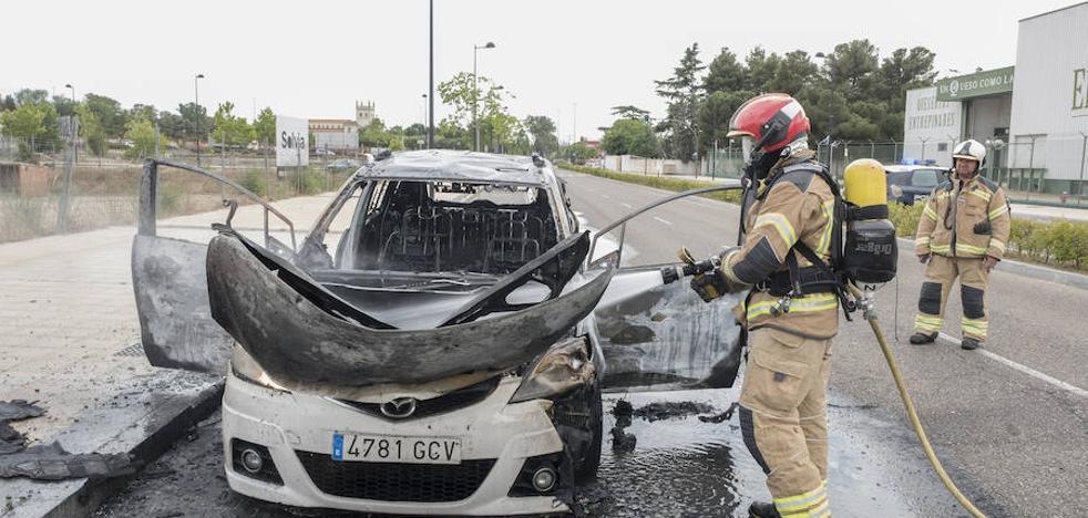 Los Bomberos sofocan el incendio de un coche en la carretera de las Arcas Reales de Valladolid