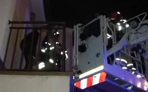 Rescatan a una mujer y a su bebé de siete meses de un incendio en un chalé de Fuensaldaña