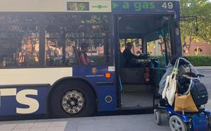 Una usuaria en silla de ruedas de Auvasa pide más autobuses con rampas de accesibilidad