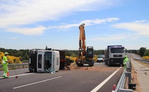 El vuelco de un camión de madera mantiene cortada la Autovía de Pinares en Cuéllar más de tres horas