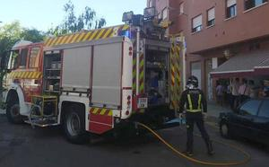 Los Bomberos extinguen un incendio en el almacén de un bar de Palencia