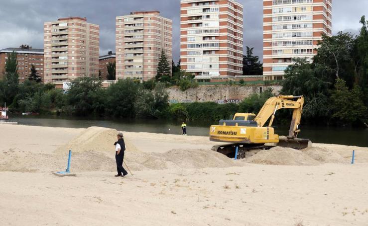 La playa de Las Moreras se pone a punto para el verano